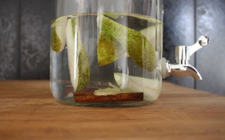 Water met de natuurlijke smaak van kruiden, groenten en fruit
