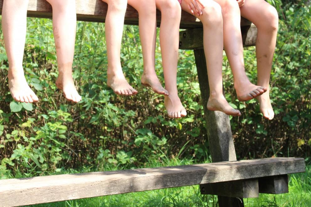 Leerlingen presteren in de klas beter op blote voeten.