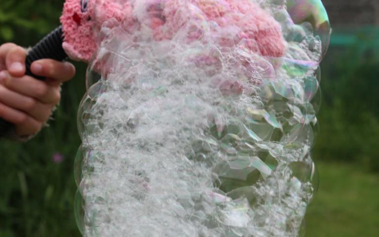 Schuimsokbubbels, knutselen met bellenblaas en fles