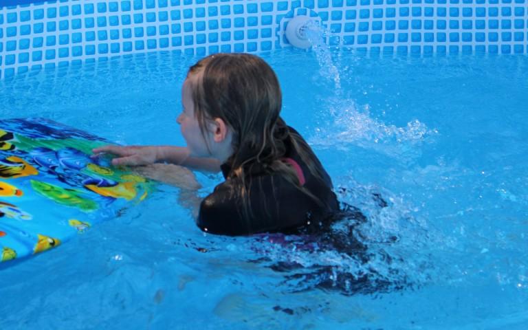 Het water is zo koud!  Zo krijg je het lekker warm in je buitenbad.